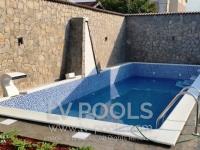 Betonski-bazen-sa-staklenim-mozaikom-min